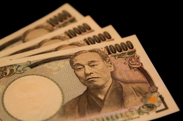 一万円札が4枚並べられた写真