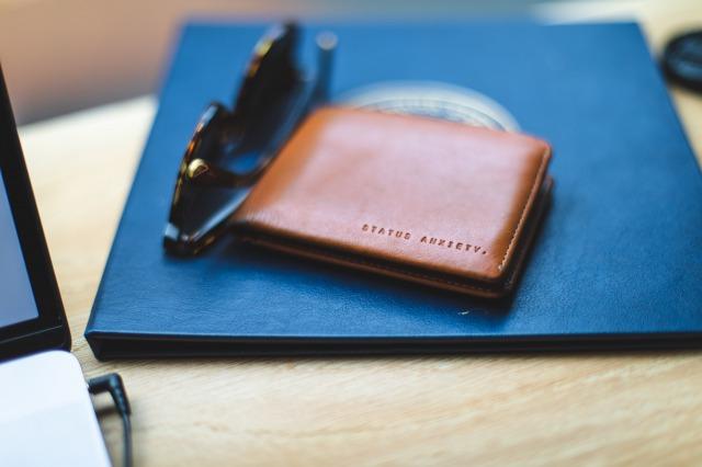 ブラウンの革製の名刺入れとサングラス&ファイル