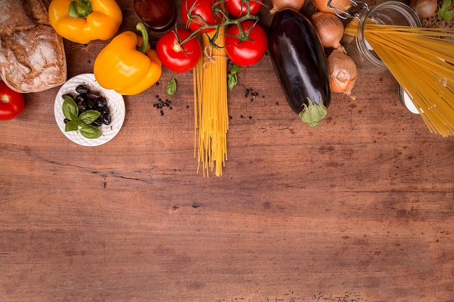 茄子トマトパプリカなどの野菜とパスタ