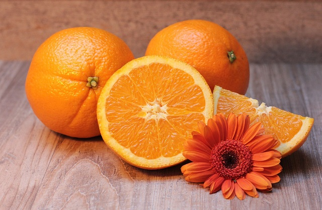 3個のオレンジとマーガレットの花