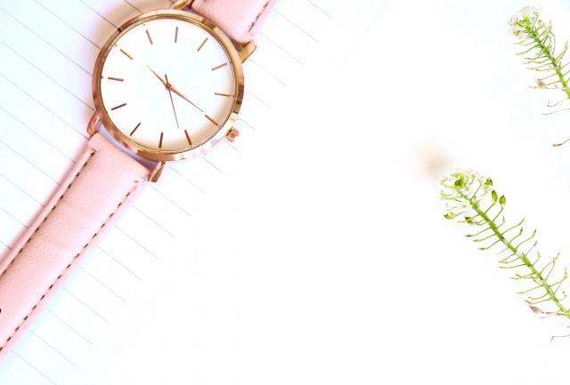 ピンク色の腕時計