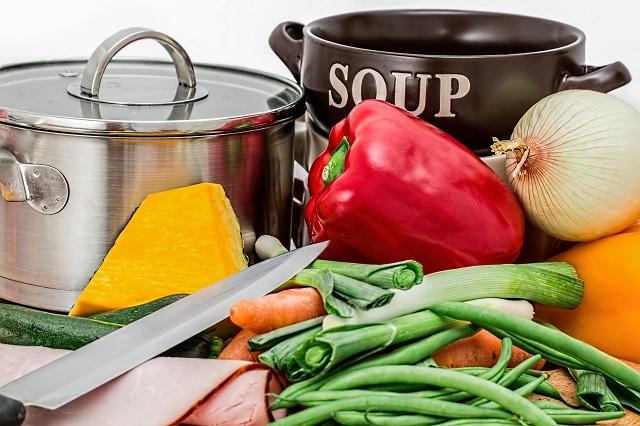 野菜と鍋と包丁