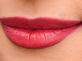 簡単リップケアで魅力的な潤い唇が手に入る!その方法とは?