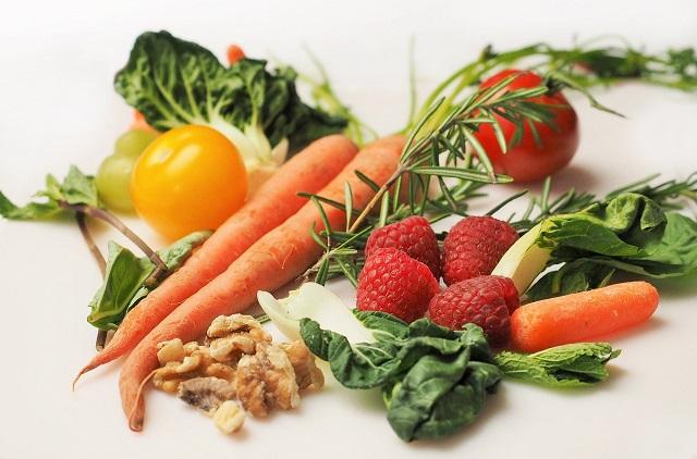 ニンジンやいちごパプリカなどの野菜とフルーツ