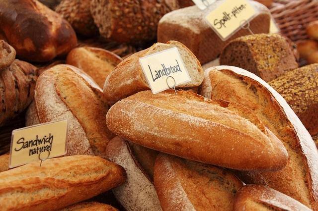 焼いたパンが無造作に置かれている