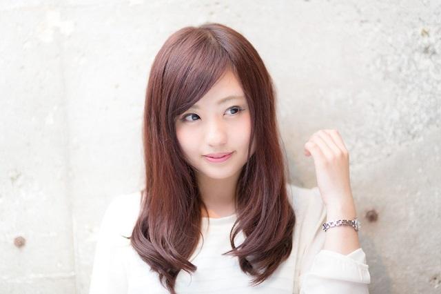 ロングの髪を触ろうとしている若い女性