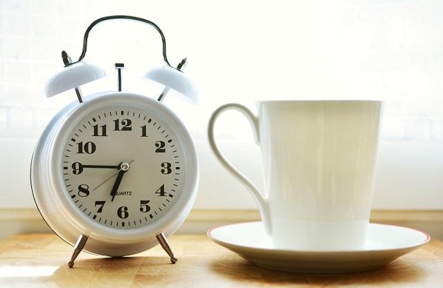 置き時計と白いマグカップ