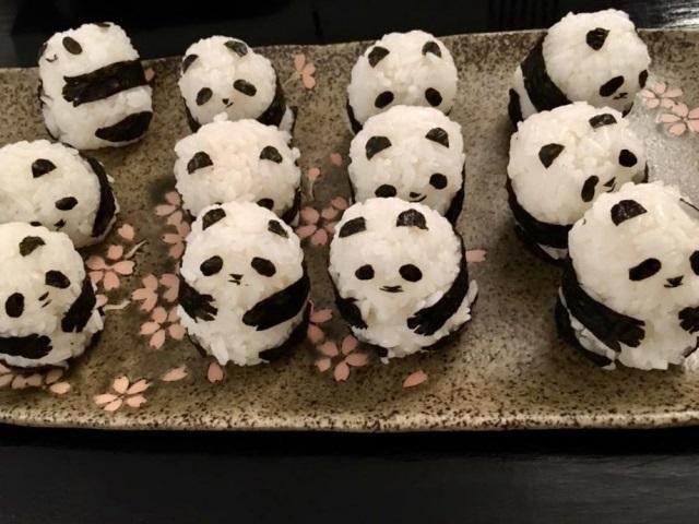 パンダを海苔を使って似せて作ったたくさんのパンダおにぎり