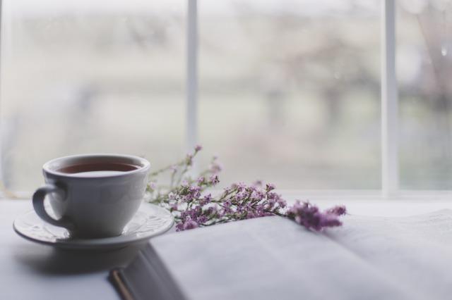 本と紅茶と紫の花