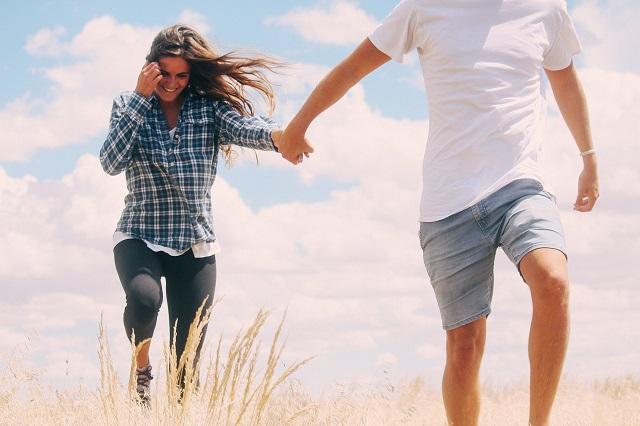 彼氏と彼女が手をつないで歩いている