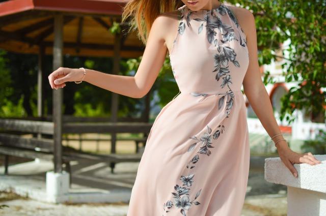 うすいピンクのワンピース、ドレスを着た女性