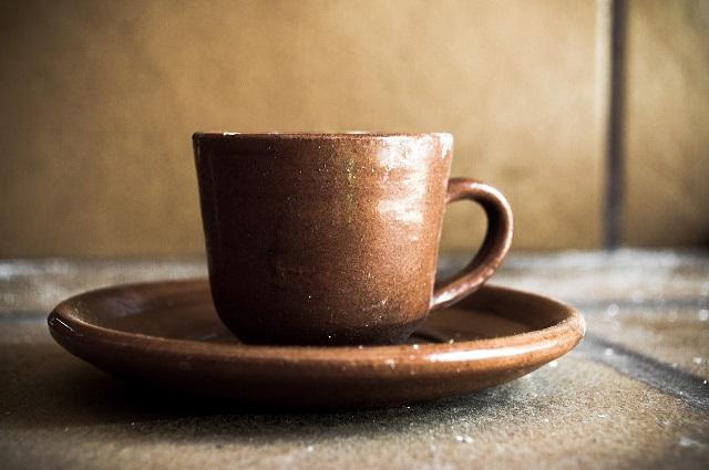 陶器の皿とマグカップ