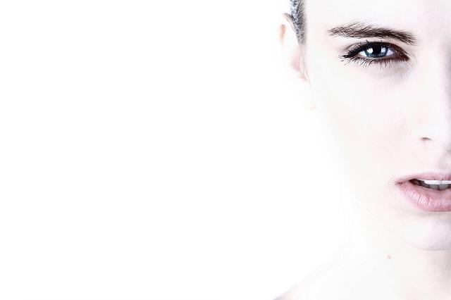 外国人女性の右半分の顔のアップ写真