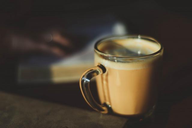 透明のマグカップに入ったコーヒー