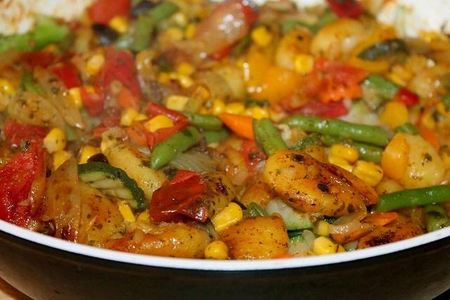 フライパンで焼いた野菜と肉の炒め物