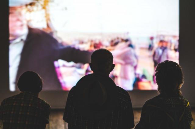 映画を見ている3人の人