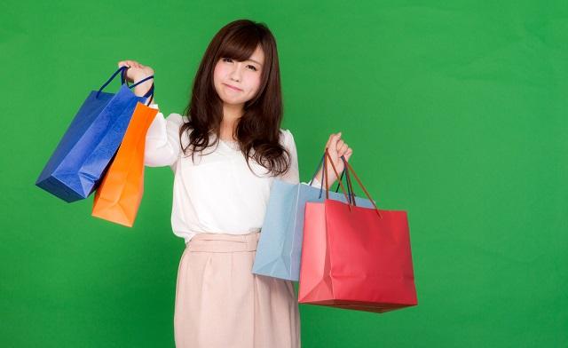 ショッピングバッグをたくさん持っている女性