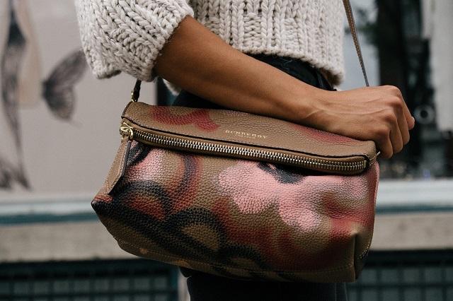 ブラウンの斜めがけバッグを身に着けている女性