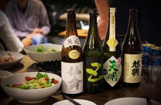 日本酒の瓶と食事