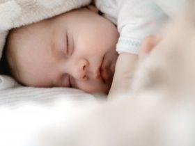 必見!0歳児の赤ちゃんを抱っこなしで寝かしつける方法とは?