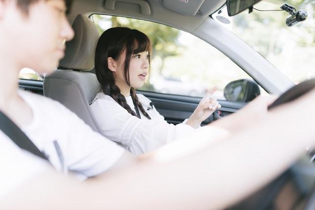 車でデート中の男女