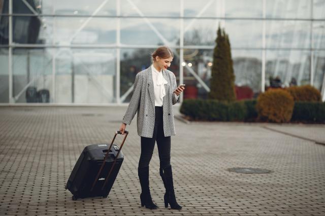 スーツケースをひく女性