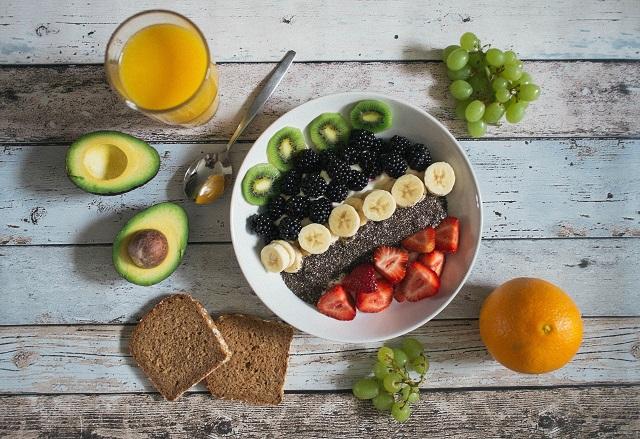 キウイ、イチゴなどの果物とアボカドやパン