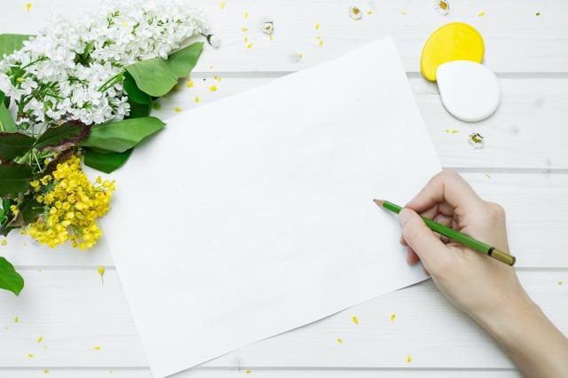 白い紙に何かを書こうとしている様子