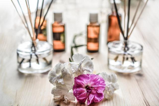アロマオイルとリードディフューザーとお花