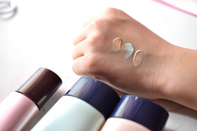 手の甲にコントローラーや化粧下地をつけて色味などを比べている様子