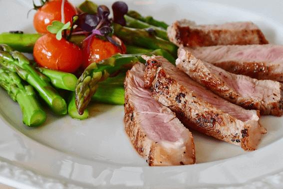 アスリートは栄養満点の食事で運動能力を強化しよう
