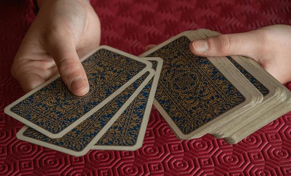さまざまなタロットカードの種類から好みのものを選んで