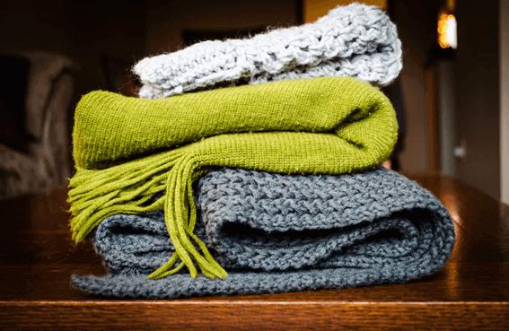 羊毛フェルトを使って虫食いのセーターを修復しよう