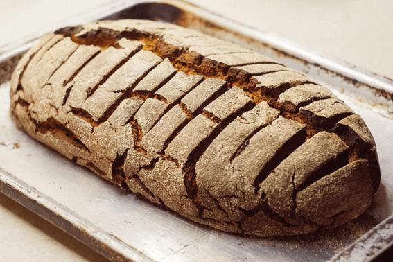 なぜ手作りのパンは固くなる?原因と対処法を解説