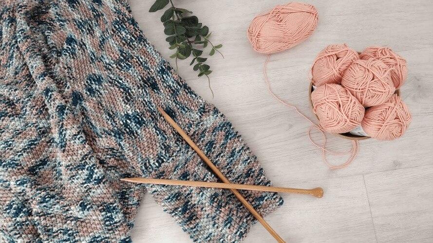 編み物講師になるには? 資格や収入はどうなっている?