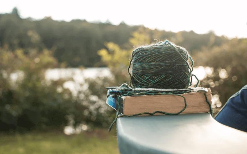 自宅以外で編み物をしやすい場所はどこ?必要な物は?