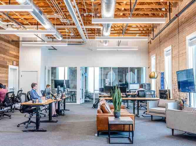 オフィスの机を効果的に配置するには?配置パターンや注意点を解説